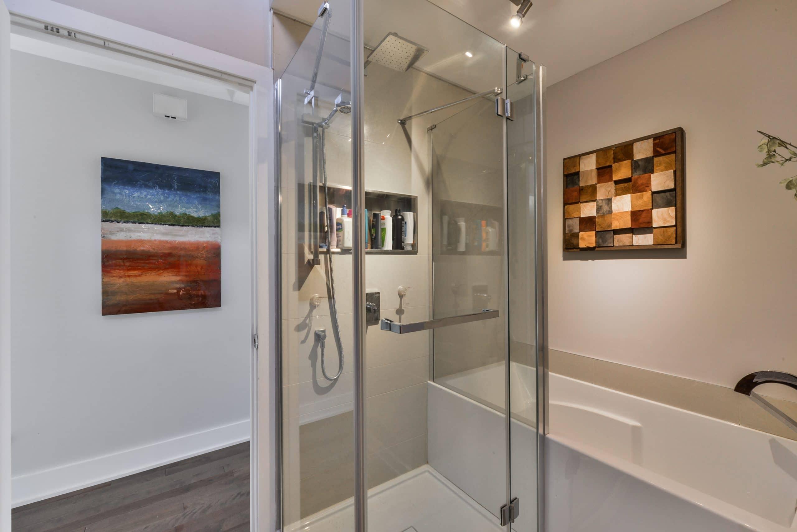 Rénovation d'une petite salle de bain avec le bain-douche de Océania Attitude